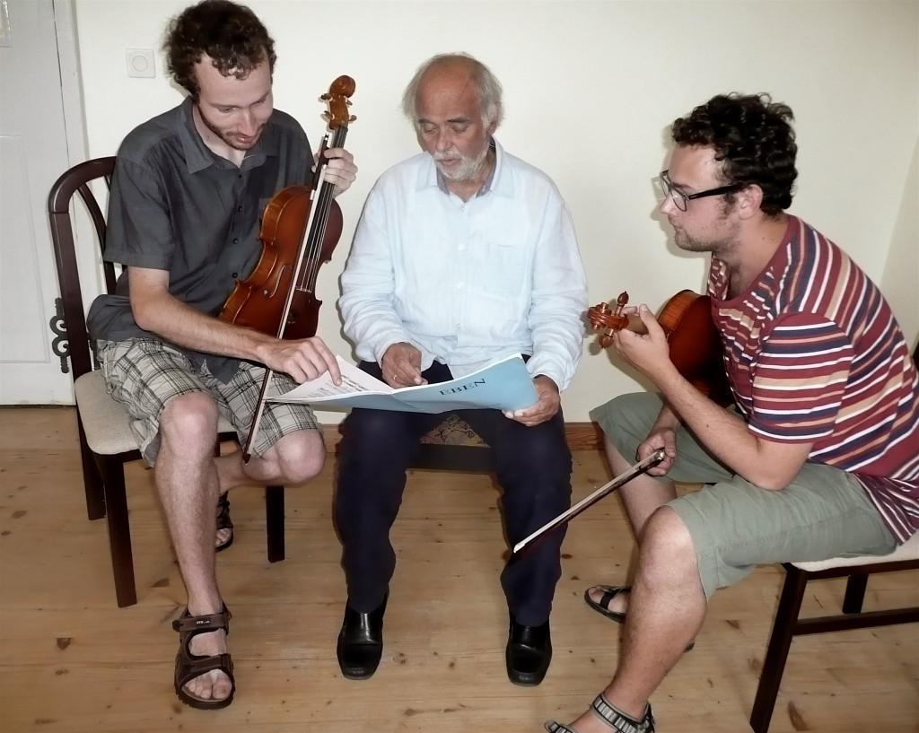 Uprostřed prof. Karel Doležal, vlevo Tomáš Hanousek a vpravo Jakub Hlaváček, členové Pražského violového dua / Foto archiv