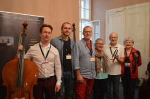 zleva-philip-miller-baskytarista-wolfgang-johann-stegmueller-gerold-genssler-se-svou-zenou-lisou-pal-molnar-se-svou-zenou-agnes